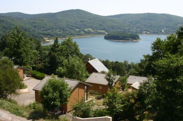 Chalet de plain pied avec vue privilégiée sur le lac du Laouzas, dans le Parc Régional du Haut Languedoc.