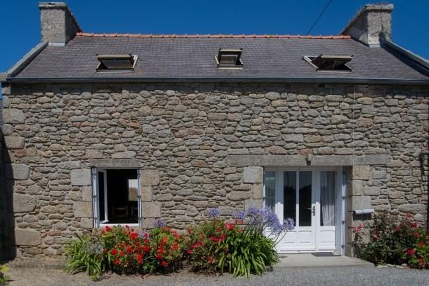 GITE DE LA PLAGE  ; petite maison en pierre proche  d'une plage surveillée  en juillet et août et...