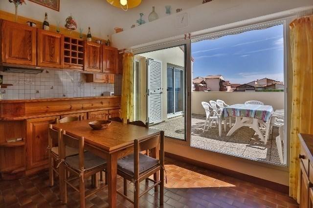 Cet appartement est situé au rez de chaussée d'une résidence en bordure de plage. Il peut accueillir 5 personnes.