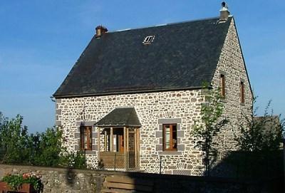 Gîte la Banne situé au coeur d'un petit village d'Auvergne à proximité des lacs, montagnes et sit...
