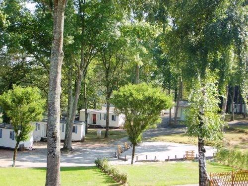 Le camping propose 10 mobil homes tous identiques. Formule idéale et capacité intéressante de couchages pour organise...