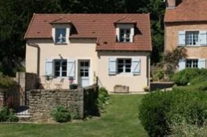 Située sur le domaine d'un ancien séminaire, cette petite maison aux couleurs chaleureuses, a été...