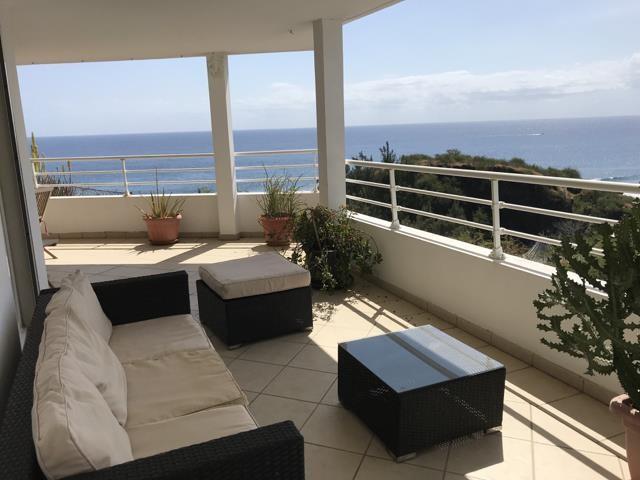 Vue de la terrasse sur la plage et l'océan