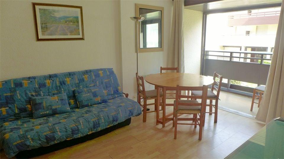 Dans une résidence à proximité du centre et de la plage, deux pièces alcôve au 1er étage avec bal...