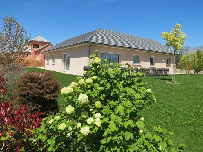 Façade Sud, terrasse, pelouse sur terrain privatif