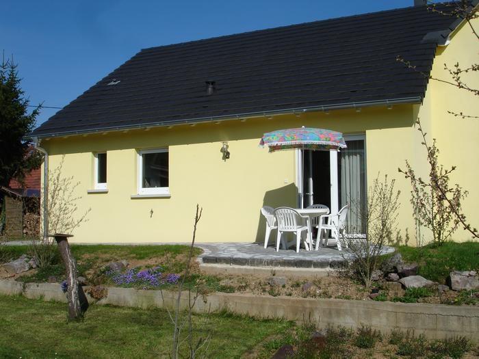 Entrée du gîte avec terrasse et salon de jardin