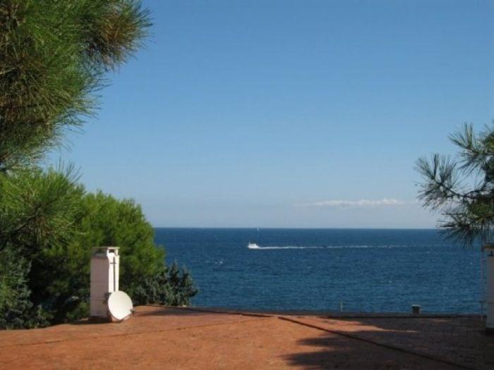 Agréable appartement d'une capacité de 4 personnes, en rez-de-chaussée terrasse avec vue sur la mer.