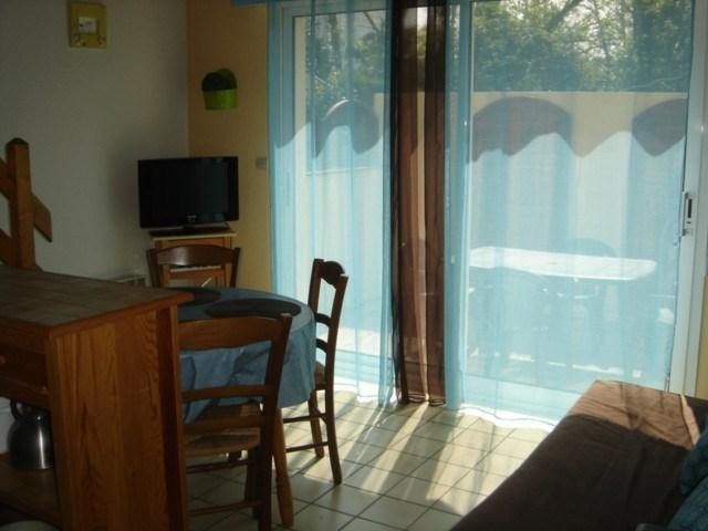 Villa mitoyenne à 100m de la plage, une chambre, grande mezzanine lit 140