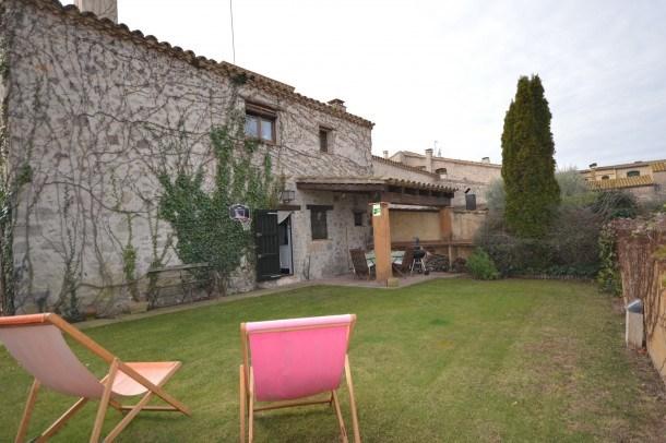 casa de piedra con piscina comunitaria Rust Fluvià