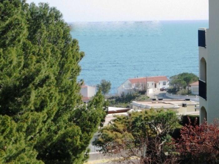 Appartement bien équipé d'une capacité pour 4/5 personnes, terrasse avec barbecue et vue sur mer.
