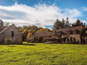 Grande maison familiale, 19 pers, 3 salons,9 chambres ; piscine, rivière, poney.5 hectar