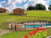 Chalets en bois à la ferme avec piscine chauffée, au calme, avec WIFI