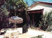 Dans village provençal typique, sur un pré arboré privatif, petite maison claire et ensoleillée mitoyenne sur l'arrière au gîte 1322.