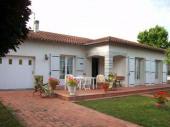 Maison indépendante de plain pied située dans un quartier résidentiel de Gaillac, au calme avec terrasse et terrain arboré clos (1000 m²).