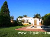 Très agréable villa fleurie et arborée située à 2 km du centre et des plages de Blanes sur la Costa Brava et à 5 km de Lloret Del Mar.
