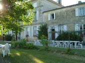 Cet élégant logis charentais du 18ème vous propose de venir passer vos vacances en famille, au cœur de la Charente Maritime.