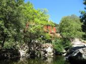 Villa et appartement à côté d'une rivière, avec bassin pour se baigner, proche mer