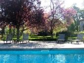 Dans un parc de 7 hectares bordé par la rivière Tarn au cœur du vignoble gaillacois, gîte indépendant contemporain (67 m²) climatisé, de plain pied avec baies s'ouvrant sur la piscine.