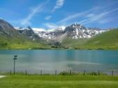 Vue sur les montagnes et ensoleillé