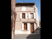 Située au cœur historique de Rabastens, dans un quartier calme, maison de ville pouvant accueillir 4 personnes. 2 chambres.