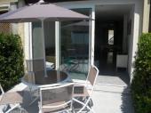 Superbe petite maison Les villas Marrisol à 100 m de la plage, climatisée avec un espace extérieur pour des repas sympa.