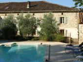 Maison ancienne de caractère, sur 2 niveaux, mitoyenne à celle des propriétaires en campagne avec un parc paysager et une piscine chauffée privée.