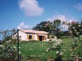 Maison de plain pied indépendante sur terrain arboré clos de 2300 m² à 2 km du village, aux portes du vignoble de Gaillac et des gorges de l'Aveyron.