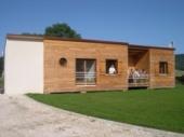 En bord de Marne, meublé extérieur bois de plain pied avec terrasse.