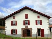 A 5 km de St Jean Pied de Port, au cœur du village d'Aincille maison indépendante.