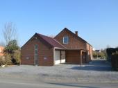 Belle maison récente en retrait d'une petite route de campagne pour 6 personnes et à 500 mètres du centre du village