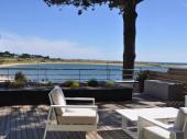 Maison offrant une vue panoramique sur la plage et l'océan.