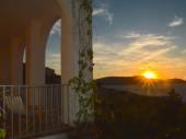 Rez-de chaussée de Villa surplombant une crique avec vue inoubliable sur la mer et le cap de la Revellata pr 6 pers max.