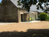 Maison en granit de pays dans petit hameau breton au calme à la campagne , dans un site verdoyant .