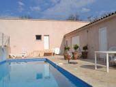 A l'arrière de la maison du propriétaire et d'un espace santé, appartement avec petite terrasse et salon de jardins privatifs.