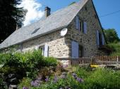 Jolie maison auvergnate  en pierre sur 2 niveaux dans calme et verdure