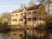 Le Moulin de Courmauboeuf.  Parc et rivière privés sur 2,5 Ha .  10 KM du  centre  du Mans