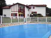 A 6 km de St Jean Pied de Port, découvrez le hameau des vignes en plein cœur du Pays Basque avec ses 3 maisons de 85 m² parfaitement équipées.