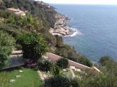 Maison perchée sur la falaise face à Porquerolles et presqu'ile de Giens à 30m de la plage