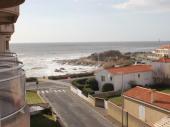Appartement T2 confortable,déco soignée, au calme mais proche centre ville, avec belle vue mer située à 50m .