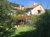 Gîtes dans maison de carractère du XVIIIème avec piscine et jardin, rivière