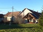 Gîte n° 1471. Maison indépendante de plain pied, (quelques marches extérieures) accolée à celle des propriétaires, dans un village situé à mi-chemin du vignoble et de la région des Lacs (15 minutes de Poligny et du lac de Chalain).
