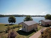 Avec ses chalets ouverts sur une plage privée, le Hameau des Lacs en Lévézou dégage l'horizon sur les 200 hectares du lac de Villefranche de Panat.