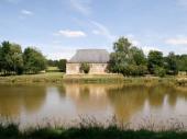 Gîte La Raminoiseà Artaise-le-Vivier - à 22 Km de Sedan Maison de caractère inscrite aux Monuments Historiques (comportant le logement du propriétaire) sur terrain d'1 ha (balançoire, cabane, table de ping pong) avec étangs de pêche.