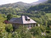 Maison traditionnelle en pierre au coeur du parc des volcans d'auvergne. Vue exceptionnelle sur le plomb du cantal et la