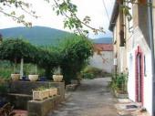 Maison ancienne sur 3 niveaux, rénovée, située dans le Parc régional du haut Languedoc et dans un hameau de moyenne montagne. Capacité 6 personnes.