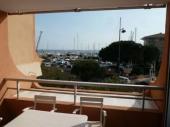 Dans une résidence de standing, face à la mer et à la plage, en bordure de Port Fréjus, studio cabine de 23 m² + 7 m² de balcon, situé au deuxième étage en exposition sud ouest avec vue mer et port et à proximité des commerces.