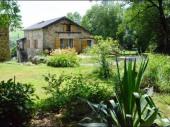 Au milieu d'une campagne préservée dans le Parc Régional du Haut Languedoc : calme, verdure et authenticité.