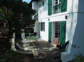 Villa année 50 sise sur terrain arboré clos située tout proche de l'océan environ 300 m et environ 500 m du centre ville pour 8 personnes.
