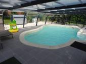 typique maison de vacances avec piscine couverte et chaufée pour 2 à 4 personnes
