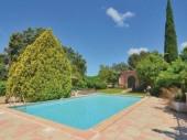 Cette très jolie villa de style provençal et sa belle piscine ensoleillée sont sur un hectare de terrain.